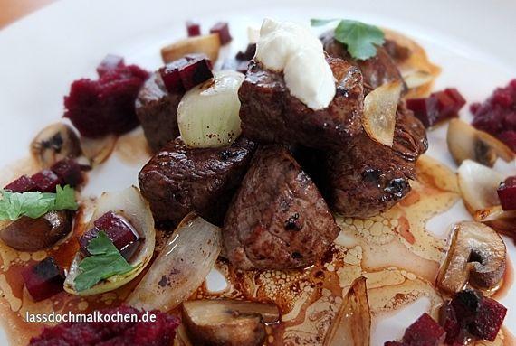 Malte Evers Rezept: Rindfleisch mit Rote Bete, Wodka, Pilzen, Zwiebeln und saurer Sahne