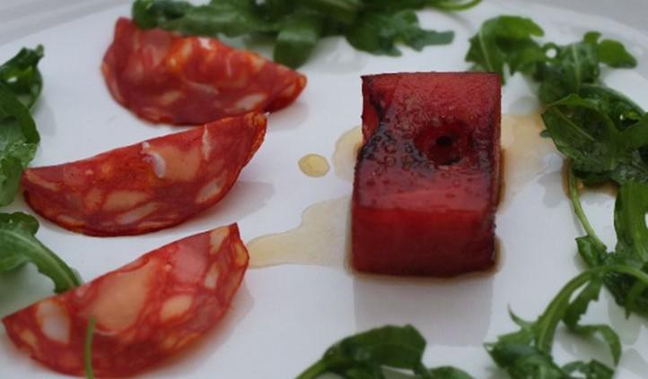 Malte Evers Rezept: Gefüllte Chorizo, Wassermelone, Rucola, Maracuja-Marinade