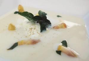 Malte Evers Rezept: Kaltes Spargelsüppchen mit Minze und Joghurt