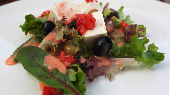 Malte Evers Rezept: Salat mit Feta, Oliven und Erdbeerdressing