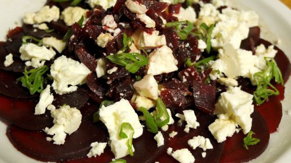 Malte Evers Rezept: Rote Bete- Carpaccio mit Fetakäse und Walnussöl