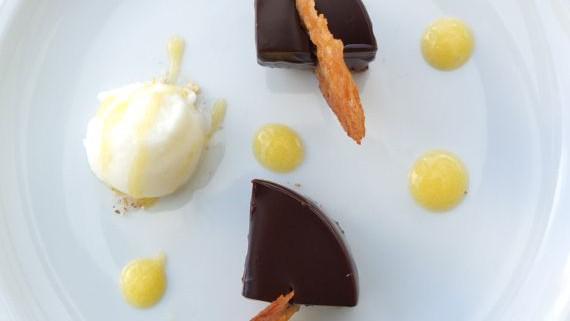 Malte Evers Rezept: Schokoladencreme mit Buttermilchsorbet, Orangengel und Hippe