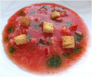 Malte Evers Rezept: Vorspeise Erdbeergazpacho mit süßem Basilikumpesto